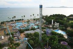 Aquapark, piscina, ociosos del sol al lado del jardín y edificios Fotos de archivo