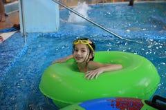 Aquapark - une fille dans la bouée de sauvetage Image stock