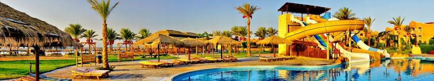Aquapark w swimming-pool wczesnym poranku. zdjęcie royalty free