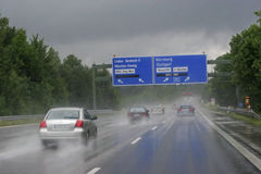 Aquaplaningsgefahr - Regen auf der Autobahn stockbild