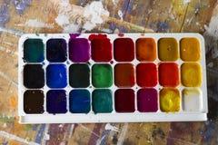 A aquarela ajustou-se e escovas em uma tabela Fotografia de Stock Royalty Free
