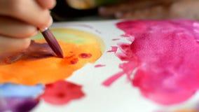 A aquarela de pintura no papel, arte, crianças tira o coração filme