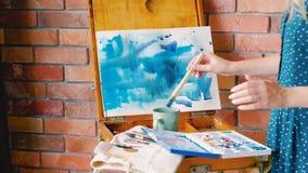 Aquarelas azuis do artista abstrato do processo de pintura video estoque