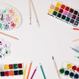 Aquarell, Farbbleistifte, Palette und Bürsten am weißen Hintergrund Flache Lage, Draufsicht Stockbilder