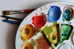 Aquarell-Farben in der Palette Lizenzfreie Stockfotos