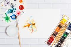 Aquarell-Skizze der orange Libelle und der Farben Lizenzfreie Stockbilder