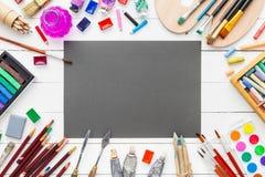 Aquarell und Ölfarben, Bürsten, Bleistifte und Zeichenstifte Lizenzfreie Stockfotos