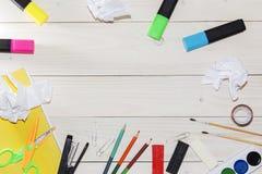 Aquarell und Ölfarben, Bürsten für das Malen, Bleistifte, Pastellzeichenstift auf weißer Tabelle Beschneidungspfad eingeschlossen Lizenzfreies Stockfoto