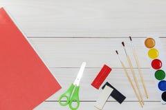 Aquarell und Ölfarben, Bürsten für das Malen, Bleistifte, Pastellzeichenstift auf weißer Tabelle Beschneidungspfad eingeschlossen Lizenzfreie Stockfotos