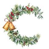 Aquarell-Weihnachtsblumenrahmen Handgemalte Blumenniederlassung mit Beeren und Tannenzweig, Kiefernkegel, Glocken und Band Stockbild