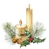 Aquarell-Weihnachtskerze mit Feiertagsdekor Handgemalte Kerze, Stechpalme, Weihnachtsbaumast und Glocke an lokalisiert Stockbild