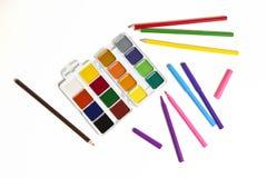 Aquarelle, Bleistifte und Markierungen auf einem weißen Hintergrund Stockfotografie