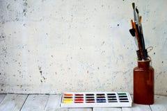 Aquarelle et peintures à l'huile, brosses photos stock
