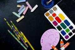 Aquarelle und Bleistifte auf einem schwarzen Hintergrund Beschneidungspfad eingeschlossen Kopieren Sie SP Lizenzfreies Stockbild