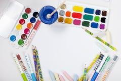 Aquarelle und Bleistifte auf einem weißen Hintergrund Beschneidungspfad eingeschlossen Kopieren Sie SP Stockfoto