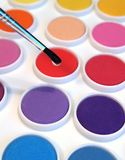 Aquarelle und Pinsel lizenzfreie stockfotografie