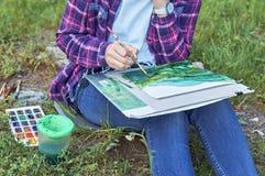 Aquarelles de peinture de fille de Teenger dehors Photographie stock
