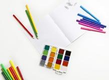 Aquarelles et marqueurs sur un fond blanc Photographie stock libre de droits