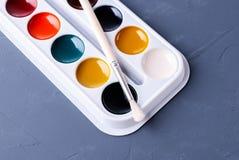 aquarelles peignant l'ensemble avec les brosses colorées images stock