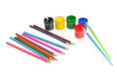 Aquarellfarbe und farbige Bleistifte stockbild
