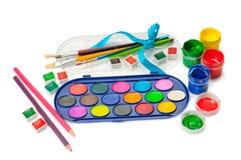 Aquarellfarbe und farbige Bleistifte lokalisiert lizenzfreie stockfotografie