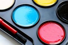 Aquarellfarben im Kasten und in der Bürste lizenzfreies stockfoto