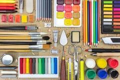 Aquarellfarben, Malerpinsel für das Malen, färbten Bleistifte, p Stockfotos