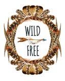 Aquarellkranz mit Vogelfedern und Pfeil lokalisiert auf weißem Hintergrund Stockbild