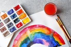 Aquarellmalerei des Regenbogens auf Hintergrund Stockfotografie