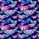 Aquarellmuster mit dem Bild von transparenten Schmetterlingen in den blauen und violetten Farben auf einem dunklen purpurroten Hi Lizenzfreies Stockfoto