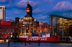 Aquarium de Baltimore, centrale électrique, et bateau-phare de chesapeake pendant le crépuscule, au port intérieur à Baltimore, le Image stock