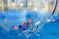 aquazorbing的过山车的女孩 免版税图库摄影