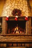 Aqueça a chaminé acolhedor decorada para o Natal com o burni de madeira real Fotos de Stock Royalty Free