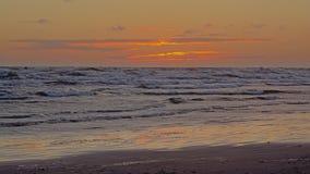 Aqueça o céu colorido após o por do sol no mar Báltico Imagens de Stock