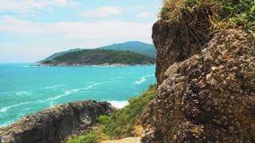 Aqueça o mar tropical, uma costa rochosa de uma ilha tropical, uma paisagem bonita video estoque