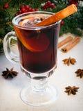 Aqueça o vinho ferventado com especiarias derramado Fotografia de Stock