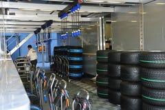 Aqueça os pneumáticos de um carro f1 Imagens de Stock Royalty Free