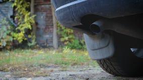 Aquecendo o carro após o estacionamento O fumo da exaustão vem do silencioso do veículo video estoque