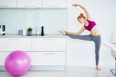 Aquecer o esticão durante o exercício em casa imagens de stock