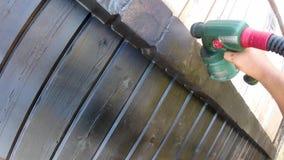 Aquecimento de uma casa de madeira de uma barra, de uma pintura e de uma selagem durante o verão por vídeos de arquivo