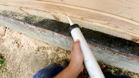 Aquecimento de uma casa de madeira de uma barra, de uma pintura e de uma selagem durante o verão por video estoque