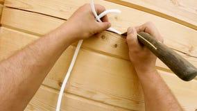 Aquecimento de uma casa de madeira de uma barra, de uma pintura e de uma selagem durante o verão por filme