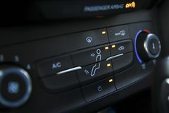 Aquecimento do carro e controles refrigerando fotografia de stock
