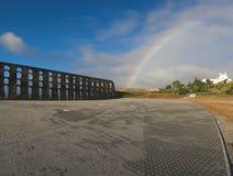 Aquedotto e Rainbow romani nel cielo Fotografia Stock Libera da Diritti