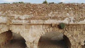 Aquedotto sulla spiaggia a Cesarea stock footage