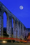 Aqueduc avec la lune Image stock