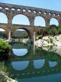 Aqueduc avec la réflexion, Pont du le Gard, France Photos stock