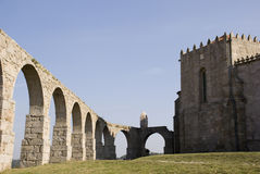 Aqueduc et monastère photographie stock
