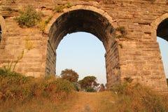 Aqueduc historique de Kemerburgaz à Istanbul photographie stock