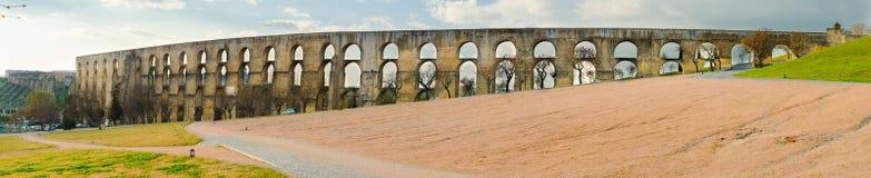 Aqueduc panoramique d'Amoreira dans la ville de la région d'Elvas l'Alentejo Le Portugal, l'Europe Image stock